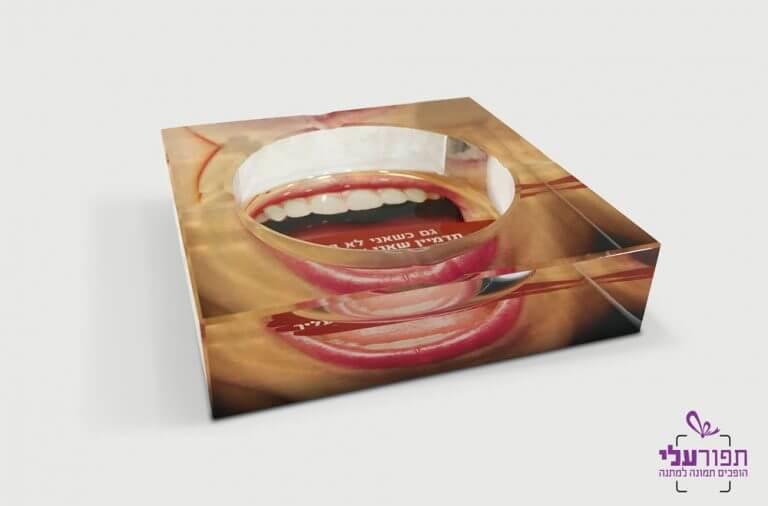מאפרה עם הדפסה של כיתוב ותמונה אישיים